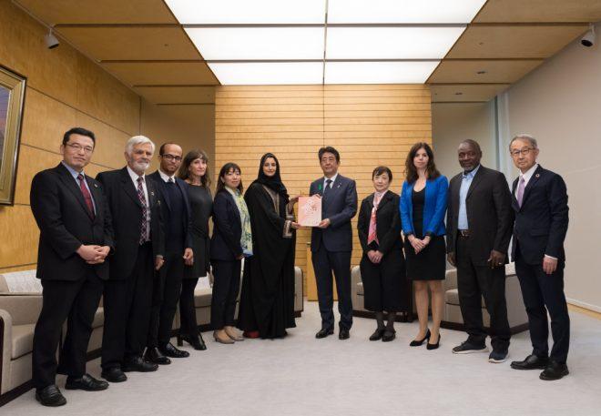 C20代表団が、安倍晋三内閣総理大臣に世界の市民社会の政策提言書を手渡しました
